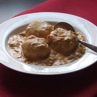 Pörkölttel töltött krumpligombóc tejfölös mártással