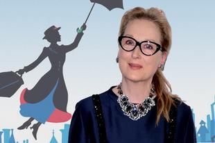 Emily Blunt esernyőjébe kapaszkodik Meryl Streep