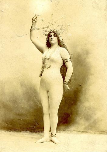 Clara extrém merész fotókat is készíttetett magáról, miután összejött Jancsival, és és képeslapokon terjesztette őket.