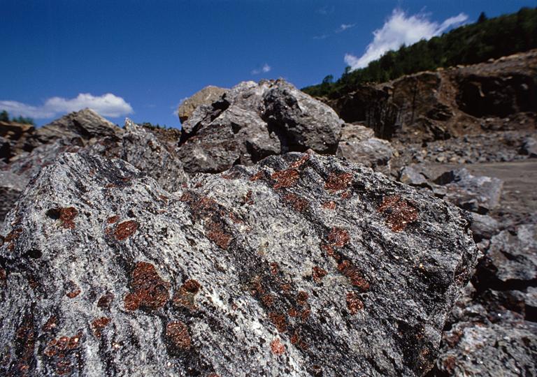 4_kep_rock-garnet-ore_barton_mine.jpg