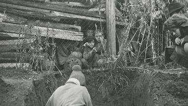 Nézőközönség az ásatáson. Képek az Embertani fotógyűjteményből 1.