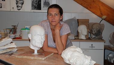 Kustár Ágnes antropológus Janus Pannonius arcrekonstrukciójával. Képek az Embertani fotógyűjteményből 6.