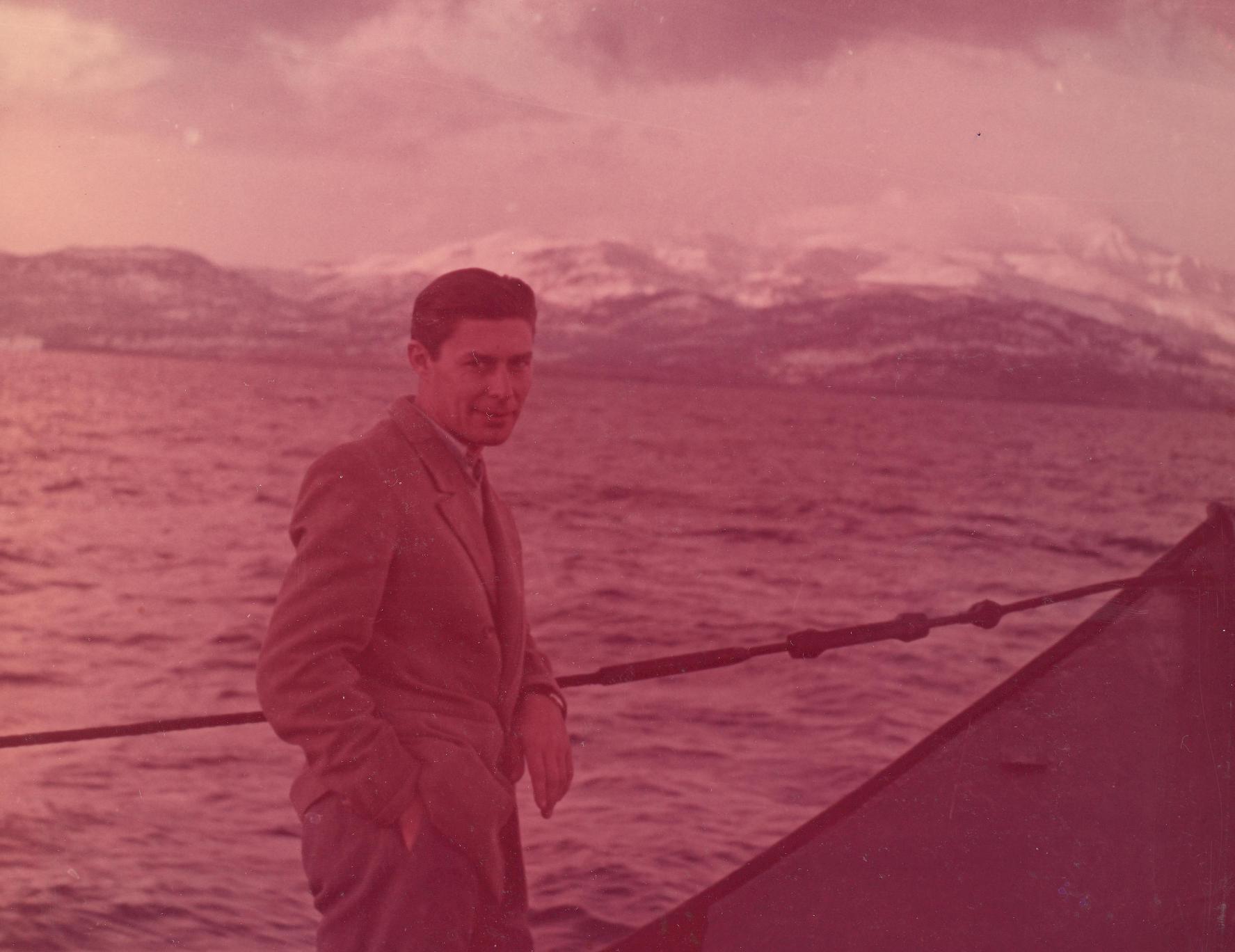 Gozmány László Libanon hófödte hegyei előtt.