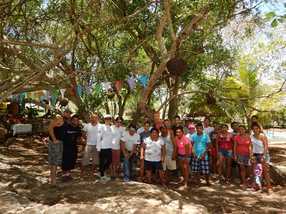Csoportkép az Ayun-Nah cenote előtt (Cacalchen) a Yucatáni Víz alatti Környezetvédők egyik sikeres szemétgyűjtési akciója után. A hátsó sorban a szerző (narancssárga pólóban) és kollégája, Benjamin Magaña (kék pólóban).