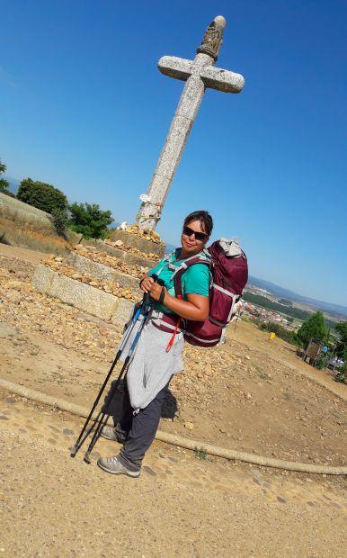 El camino, Cruz de Santo Toribio, a kőkereszt Astorga előtt és Erika, akinek kedvéért ferdére vettem a figurát... :-)