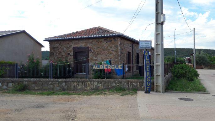 El camino, a municipal albergue, Murias de Rechivaldo.