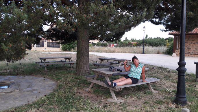 El camino, az alberguével szemközti kinti csap és Erika, aki éppen szorgosan pihenteti lábát.
