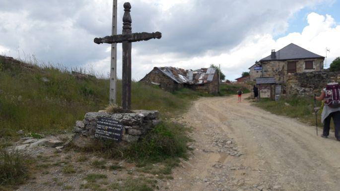 El camino, emelkedő és kereszt Foncebadón előtt