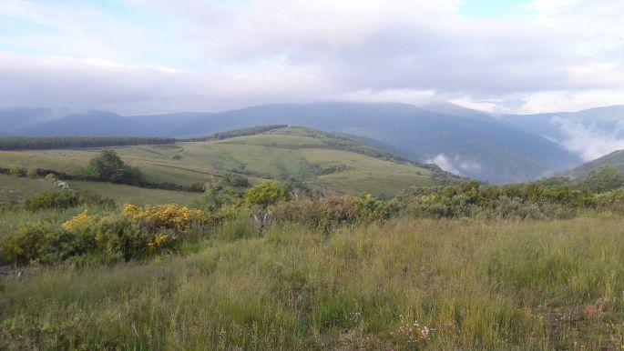El camino, szép hegyek és völgyek felhőkkel