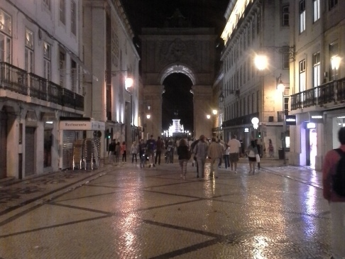 Távolban az Arco da Augusta.