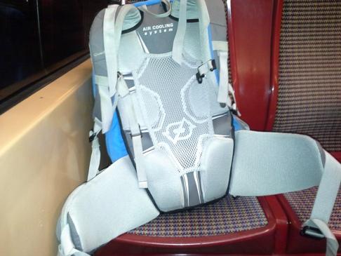 A hátizsák, immár a lisszaboni metró ülésén.