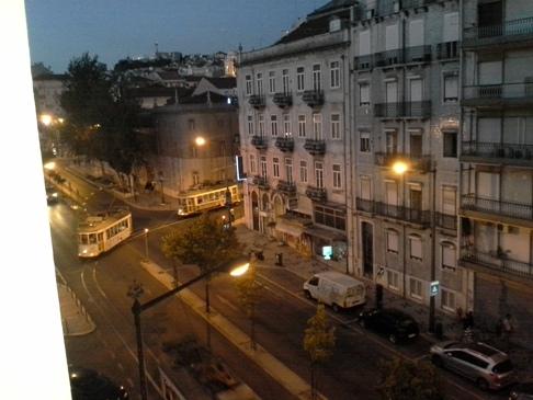 Kilátás az ablakból. Lent a villamosok jönnek-mennek.