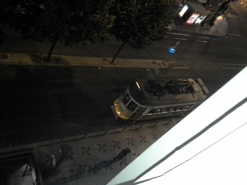Az egykocsis lisszaboni villamos.