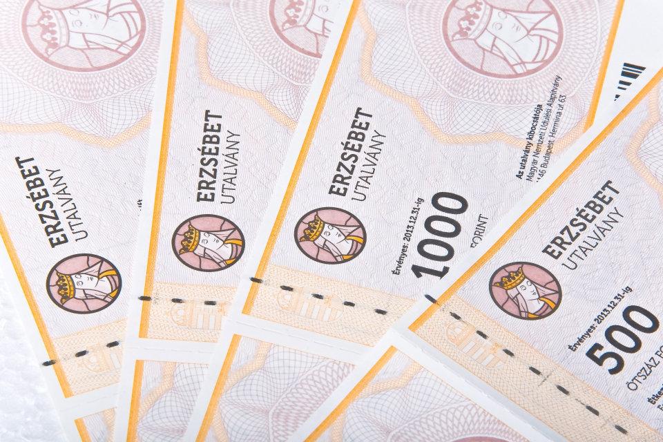 Ajándék Erzsébet utalvány a nyugdíjasoknak! De ki adózik utána?