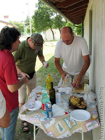 A jól végzett munka jutalma: rögtönzött terülj-terülj asztalkám olasz módra – bár a fotón nem látszik – sajtokkal, szalámikkal, egyéb finomságokkal. A képen Gianfranco, Alessandro (leghívebb lájkolónk) és Roberto.