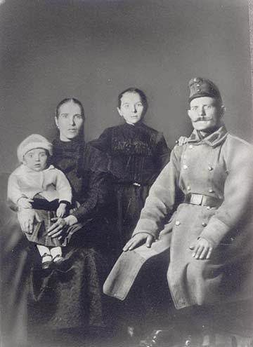 Lőrik (Darázs) József (Topolya, 1891-1961) szakaszvezető teljes menetfelszerelésben