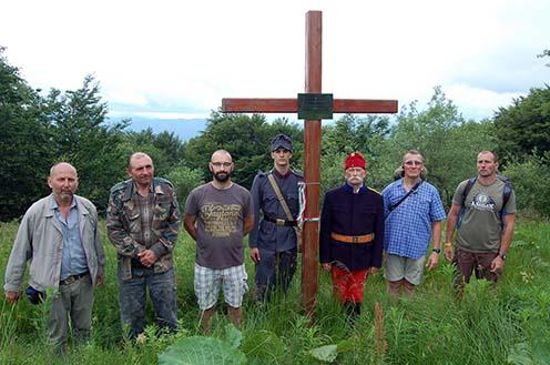 A Vas megyei zarándokcsoport tagjai és kísérőjük a temetőnél