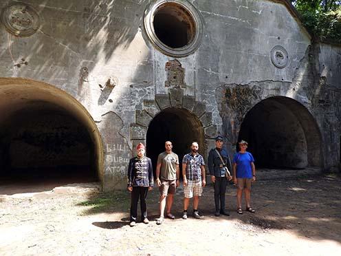 A csoport tagjai a Przemyśl erőd falai között