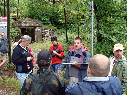 A Schönburg alagút keleti kijáratánál Stencinger Norbert ismerteti a 6. isonzói csata idején az alagutat védő nagyváradiak drámai küzdelmét