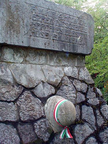 A Monte San Michele északi lejtőjén álló nagyváradi 4-es honvéd gúla a kutatócsoport szalagjával