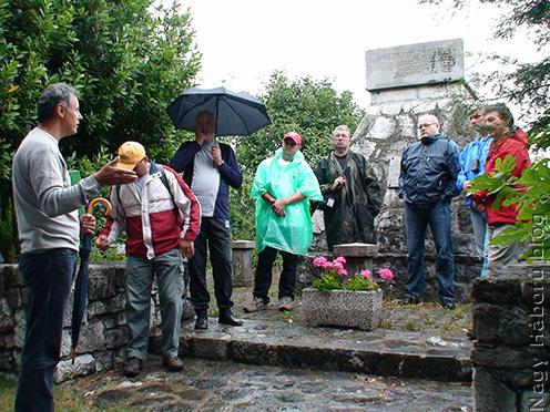 Rózsafi János a Nova Vasnál található emlékműnél ismerteti a környékben zajlott eseményeket