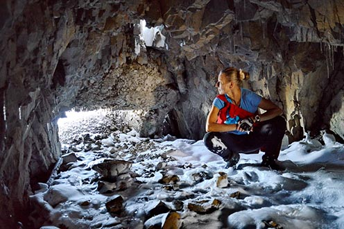 Hó és jégcsapok az alagútban. A lőrés Karintia felé mutat