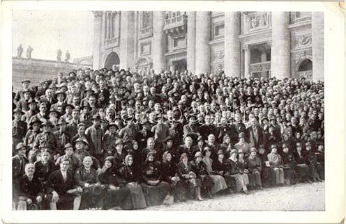 Az 1925-ös szentévi magyarországi zarándokok a római Szent Péter Bazilika előtt, közöttük a cserkész delegáció