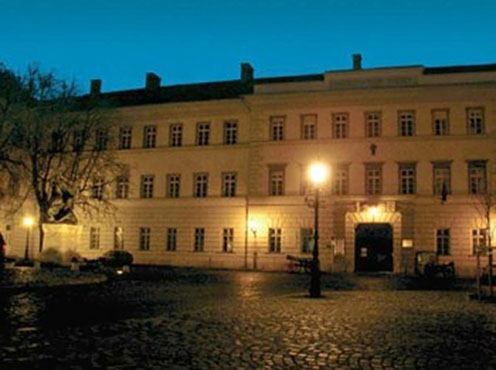 A Hadtörténelmi Levéltár épülete a várban