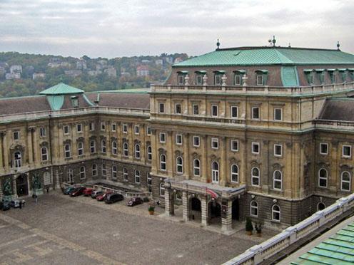 Az Országos Széchényi Könyvtár főbejárata az épületből fotózva