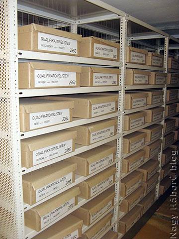 A tiszti minősítési jegyzékek dobozai a levéltárban
