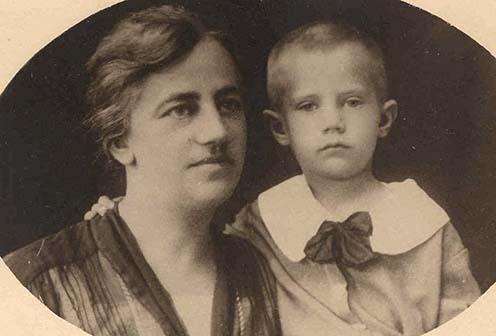 Zsakó Andor felesége, Gratz Mária Anna és fia, ifjabb Zsakó Andor kisgyermekként