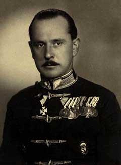 Bertalan Árpád legismertebb portréja, amely őrnagyi egyenruhában mutatja. Jól megfigyel-hető, hogy kitüntetésekkel milyen jól dekorált. Balról az első kitüntetése a Katonai Mária Te-rézia-rend lovagkeresztje, amelyet az 1917. október 24-én végrehajtott haditettéért ítéltek neki oda, szinte napra pontosan 10 évvel később
