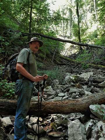 Az Usniktól nyugatra elhelyezkedő 631-es képoszlophoz vezető horhos ma is úgy néz ki, mint egy hegyvidéki őserdő. Ezen keresztül indult Bertalan támadása. A horhos közepén Dr. Né-gyesi Lajos alezredes, hadtörténész. A horhos leküzdése komoly erőpróbát jelent ma is!