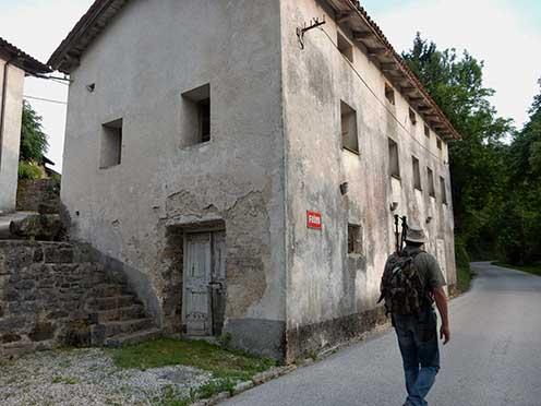 A 4-5 régi kőépületből álló Pusno település egyik épülete. Bertalan valószínűleg ennek a kis településnek az egyik épületében ejtette foglyul az olasz nehézmozsár-üteg tiszti karát