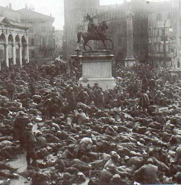 Olasz hadifoglyok Udine főterén