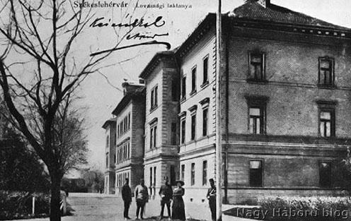 A székesfehérvári lovassági laktanya korabeli képeslapon