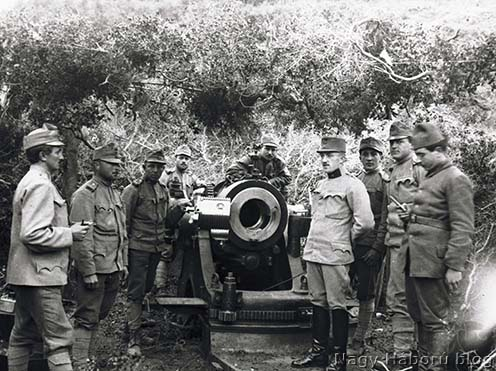 Osztrák–magyar mozsár tüzelőállásban a Dardanelláknál, gallyakból készült álcázó fedezék alatt