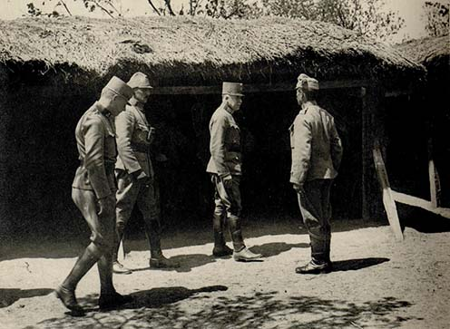 Pomiankowski vezérőrnagy (jobbról a második) és Manouschek százados (balról a második) szemlét tart a 36. sz. tarackos ütegnél a török fronton