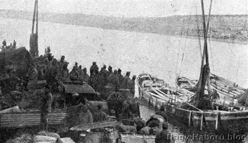 A motoros mozsárüteg behajózása az Akdenis hajóra Akbaş kikötőjében