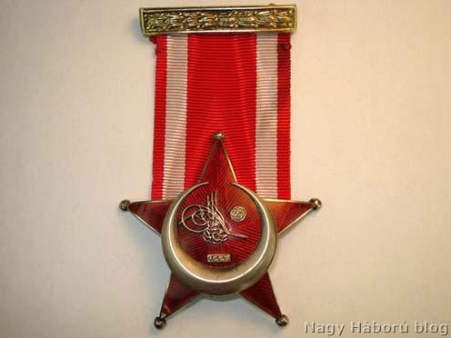 Oszmán Vas Félhold kitüntetés. Az 1915. március 1-én a szultán által alapított kitüntetés Gallipoli Csillag néven is ismert volt