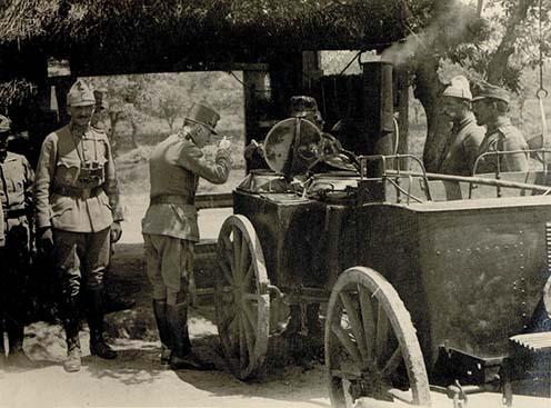 Pomiankowski vezérőrnagy megkóstolja a 36. sz. tarackos üteg tábori konyhájának főztjét. Tőle balra Karl Manouschek százados áll, jobb mellén a Vas Félhold kitüntetéssel