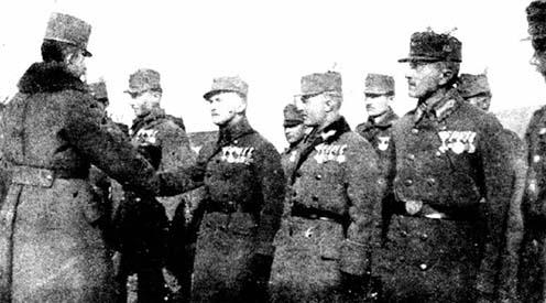 IV. Károly király beszélget Kemény Tibor hadnaggyal