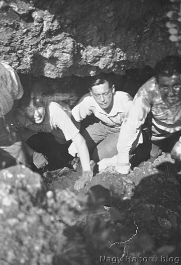 Báró Heim Géza 1937. július 6-án Miklós és Gábor fiával annak a kavernának a bejáratnál, ahonnan az olasz állások irányába az aknafúrás indult