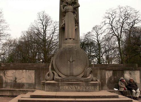 Az első világháborúban szolgálatot teljesített postagalambok emlékműve a franciaországi Lille-ben