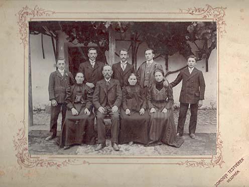 A veszprémi Hungler család, valamikor a századforduló és az első világháború között. Mind az öt fiútestvér (az álló sorban balról jobbra: Kálmán, János, József, György, Károly) harcolt a Nagy Háborúban, közülük csak József és Kálmán tért haza, a másik három Hungler fiú hősi halált halt