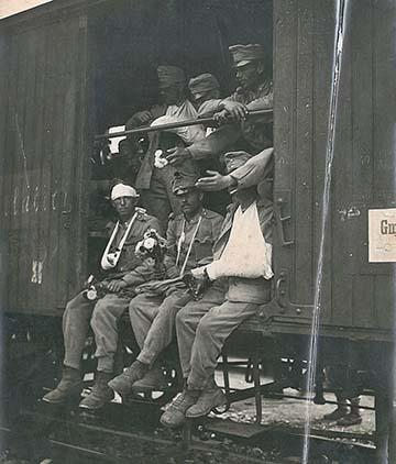 Osztrák–magyar sebesültek szállítása a szerb harctérről vasúti vagonban, 1914-ben