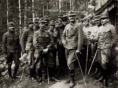Gróf Tisza István honvédezredesként 1917-ben, az olasz fronton. A miniszterelnök lemondása után a harctéren szolgált