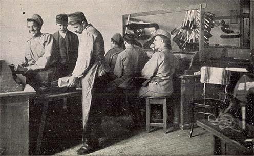 Vak katonák dolgoznak a Vakokat Gyámolító Országos Egyesület Hermina úti intézetének kefekötő műhelyében