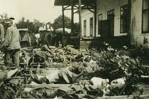 Vasúti szállításra várakozó sebesültek
