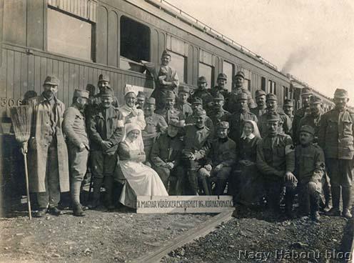A Magyar Vöröskereszt Egylet 16. számú kórházvonatának személyzete 1916 áprilisában, a galíciai Stryjben